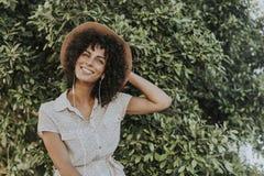 Mulher bonita que escuta a música em um jardim botânico fotografia de stock royalty free