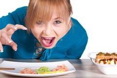 Mulher bonita que espera um sushi com hashis imagem de stock