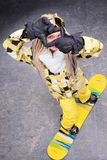 Mulher bonita que está no snowboard Foto de Stock Royalty Free