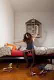Mulher bonita que estica em sua cama Imagem de Stock