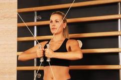 Mulher bonita que exercita na ginástica Fotos de Stock