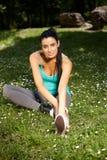 Mulher bonita que exercita no sorriso do citypark imagem de stock royalty free