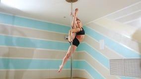 Mulher bonita que faz a dança do polo, o dançarino fêmea, a dança da menina, a aptidão e o esporte vídeos de arquivo