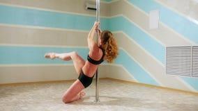 Mulher bonita que faz a dança do polo, o dançarino fêmea, a dança da menina, a aptidão e o esporte filme