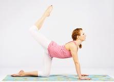 Mulher bonita que faz esticando o exercício Fotos de Stock Royalty Free