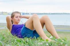 Mulher bonita que faz exercícios para o Abs fotos de stock royalty free
