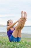 Mulher bonita que faz exercícios para o Abs Foto de Stock