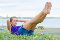 Mulher bonita que faz exercícios para o Abs Imagens de Stock