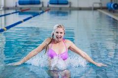 Mulher bonita que faz a ginástica aeróbica do aqua Fotografia de Stock