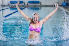 Mulher bonita que faz a ginástica aeróbica do aqua Fotos de Stock Royalty Free