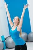 Mulher bonita que faz a ginástica aeróbica em um gym Foto de Stock Royalty Free