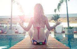 Mulher bonita que faz a ioga imagens de stock royalty free