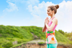 A mulher bonita que faz a ioga exercita na paisagem da natureza Fotografia de Stock