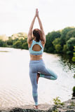 A mulher bonita que faz a ioga exercita no parque Imagens de Stock