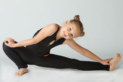 Mulher bonita que faz a ioga no fundo branco foto de stock royalty free