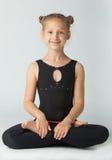 Mulher bonita que faz a ioga no fundo branco fotografia de stock royalty free