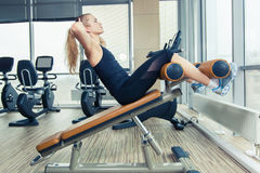 Mulher bonita que faz o exercício da aptidão da imprensa no gym do esporte Imagem de Stock