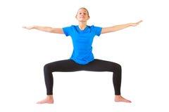 Mulher bonita que faz o fundo do branco do yoguna foto de stock