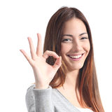 Mulher bonita que faz o gesto aprovado Fotografia de Stock Royalty Free