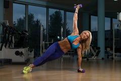 Mulher bonita que faz o peso de Pilates no fitness center Fotografia de Stock Royalty Free