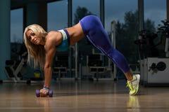 Mulher bonita que faz o peso de Pilates no fitness center Fotos de Stock