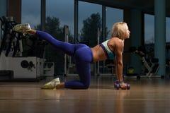 Mulher bonita que faz o peso de Pilates no fitness center Fotografia de Stock