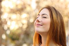 A mulher bonita que faz a respiração exercita com um fundo do outono fotografia de stock royalty free