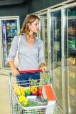 Mulher bonita que faz suas compras na mercearia Fotos de Stock