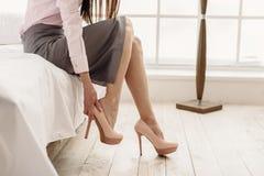 Mulher bonita que fornece estiletes nos pés Fotos de Stock