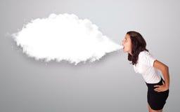 Mulher bonita que gesticula com espaço abstrato da cópia da nuvem Foto de Stock Royalty Free