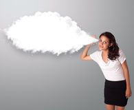 Mulher bonita que gesticula com espaço abstrato da cópia da nuvem Fotografia de Stock Royalty Free