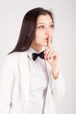 Mulher bonita que gesticula para silenciar Fotografia de Stock