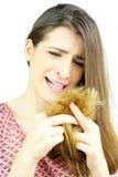 Mulher bonita que grita olhando o cabelo das extremidades rachadas isolado Imagem de Stock Royalty Free