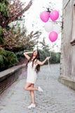 Mulher bonita que guarda balões fora Imagem de Stock Royalty Free