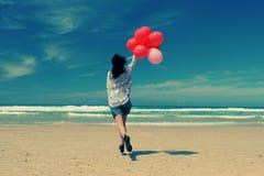 Mulher bonita que guarda balões vermelhos Imagens de Stock Royalty Free