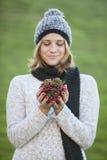 Mulher bonita que guarda a decoração do pinho do Natal Imagens de Stock Royalty Free