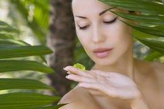 Mulher bonita que guarda o gel, os cuidados com a pele e o bem-estar de vera do aloés Imagens de Stock Royalty Free