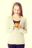 Mulher bonita que guarda o presente pequeno nas mãos Imagem de Stock Royalty Free