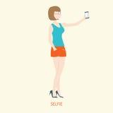 Mulher bonita que guarda o smartphone ao selfie, estilo liso Imagem de Stock Royalty Free