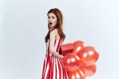Mulher bonita que guarda presentes, feriado Imagem de Stock