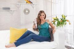 Mulher bonita que guarda uma garrafa da água Foto de Stock Royalty Free