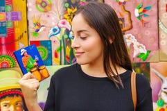 Mulher bonita que guarda uma lembrança em um shopstore em Banos, Equador Banos é uma cidade touristy pequena, que seja principalm fotos de stock