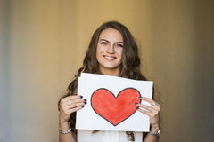 Mulher bonita que guarda uma paz do papel com coração vermelho fotos de stock