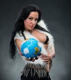 Mulher bonita que guardara um globo fotografia de stock