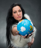 Mulher bonita que guardara um globo imagens de stock royalty free