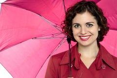 Mulher bonita que guardara um guarda-chuva aberto imagem de stock