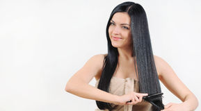 Mulher bonita que importa-se com seu cabelo brilhante saudável forte, termas Foto de Stock