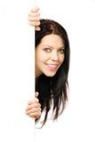 Mulher bonita que indica uma placa branca Imagens de Stock Royalty Free