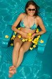 Mulher bonita que joga com duckies de borracha. Fotografia de Stock Royalty Free