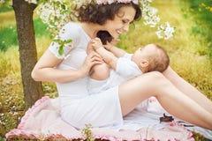 Mulher bonita que joga com seu bebê Fotos de Stock Royalty Free